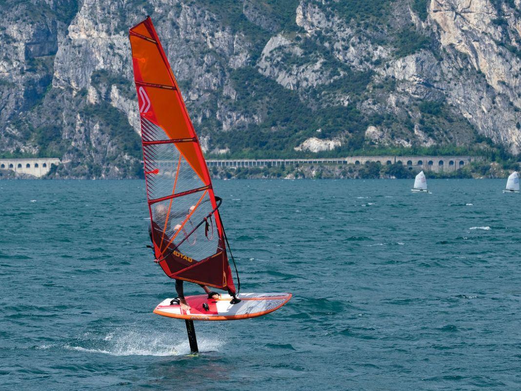 Boards wie der Naish Hover Crossover lassen sich zum Wingsurfen nur strapless fahren