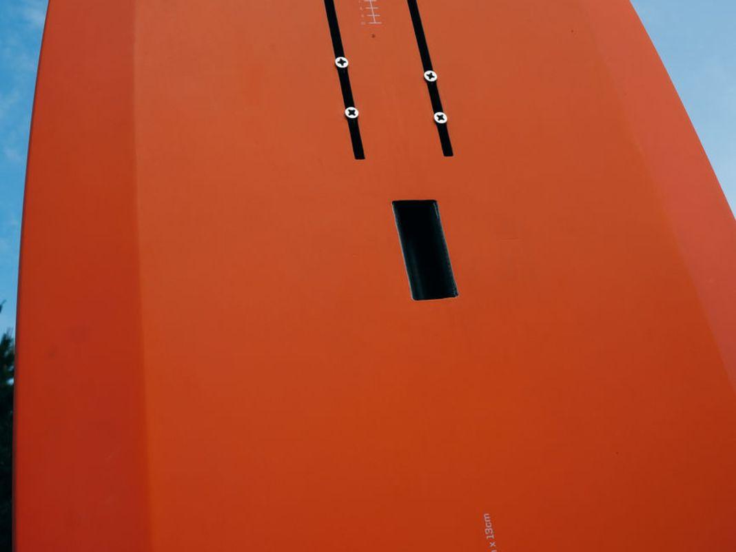 Bei Konzepten zum Wingen und SUP-Foilen wie dem Slingshot Shred Sled wird oft nur eine Doppelschiene verbaut