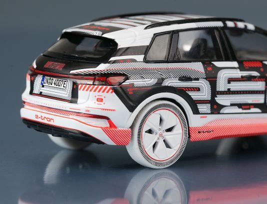 Bei Audi rollte zum Beispiel zur IAA 2021 das 1:43-Modell des Q4 e-tron an. Und neben Serienfarben gibt es auch eine interessante und bunte Prototypenversion des E-Automobils