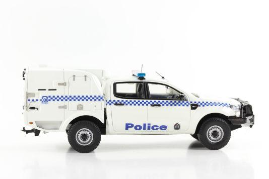 Die Seitenlinie des Polizeifahrzeugs von Trax in 1:43 zeigt vorne die wohlbekannte Form des Ford Pick-ups Ranger, hinten aber einen sehr ungewöhnlichen Spezialaufbau