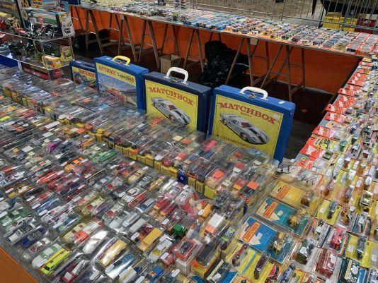 Auch die Baugröße 1:64 spielt in Leipzig traditionell eine ganz wichtige Rolle, wie dieses Bild eines hervorragend sortierten Händlers unter Beweis stellt