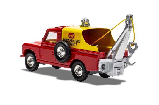 """Damals wie heute kommt der Land-Rover des """"Corgi Breakdown Service"""" robust daher. Man beachte die grobe Verschraubung des Abschlepparms am Heck."""