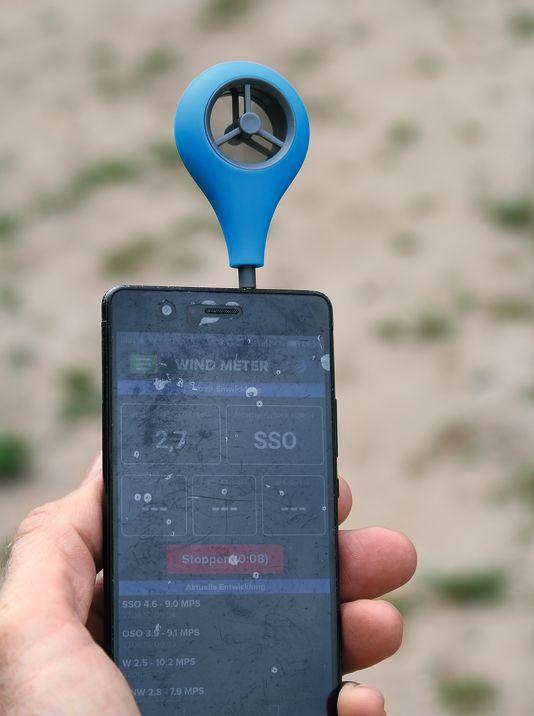Wird einfach in die Buchse des Kopfhörers gesteckt und über Bluetooth verbunden – der Wind Meter von Weather Flow