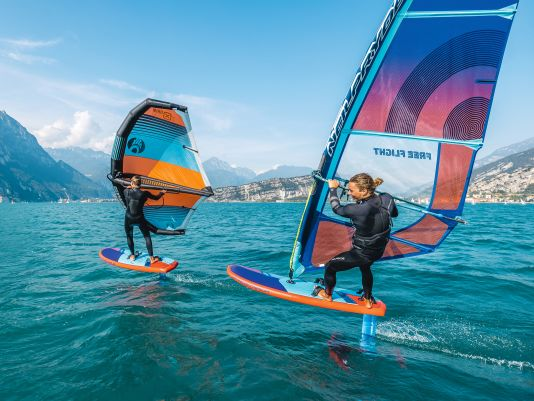 Zwischen Sportarten wie SUP-Foilen, Windfoilen und Wingsurfen gibt es Überschneidungen, die den Materialaufwand reduzieren können