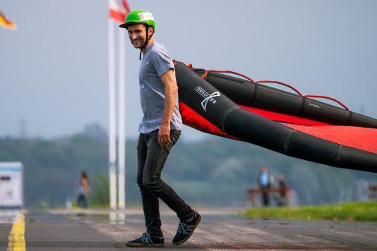 Auch Wingskate-Profis wie Anton Munz fahren nie ohne Helm