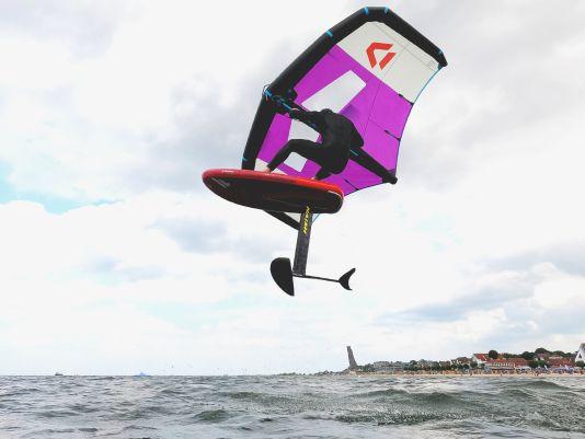 Auch abheben kann man mit aufblasbaren Wingboards wie dem Fanatic Sky Air Premium problemlos