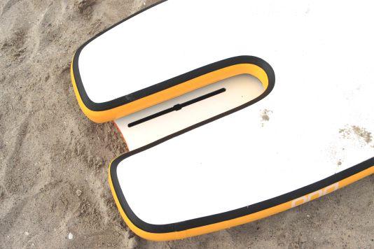 Das aufblasbare Unterteil ist unter der Box ausgespart, das Foil wird somit in der festen Platte montiert