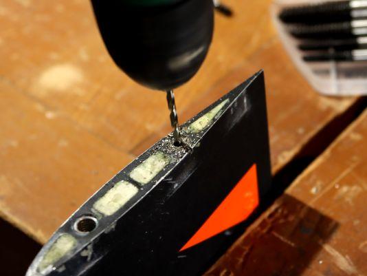 In die abgerissene Schraube bohrst du jetzt vorsichtig einen Kanal. Verwende dazu einen Metallbohrer der ungefähr halb so dick ist wie die Schraube selbst und achte darauf, mittig und senkrecht zu bohren, um das Gewinde nicht zu beschädigen. Bohre etwa 10-20 Millimeter tief...