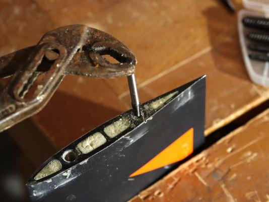 ...und drehe dann den passenden Schraubenausdreher ein. Beachte: Dieser hat ein Linksgewinde und wird nach oben immer dicker. Wenn du den Schraubenausdreher mit der Zange weiter eindrehst, beginnt sich irgendwann die Schraube rauszudrehen.