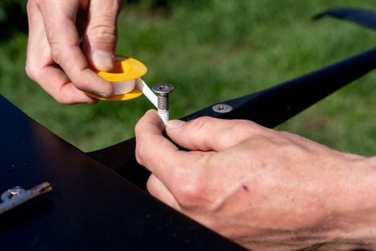 Das Teflonband sollte dünn und straff um die Schraube gewickelt werden.