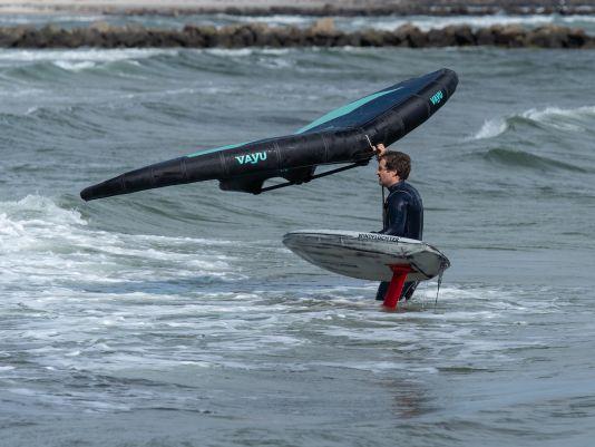 Das Board sollte beim Weg aus dem Wasser immer festgehalten werden.