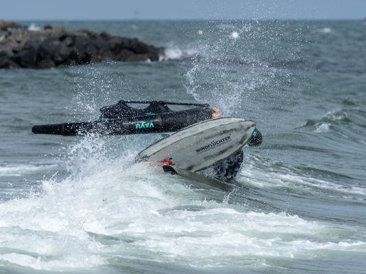 Bei brechenden Wellen immer das Material festhalten und den Wing auf Abstand zum Foil halten.