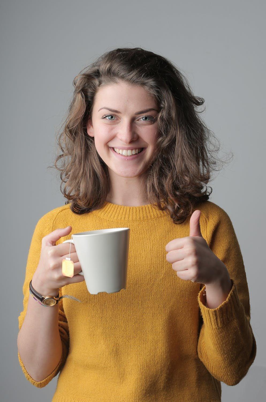 Ein Kunde vom Getraenkelieferant mit Kaffe und Milch