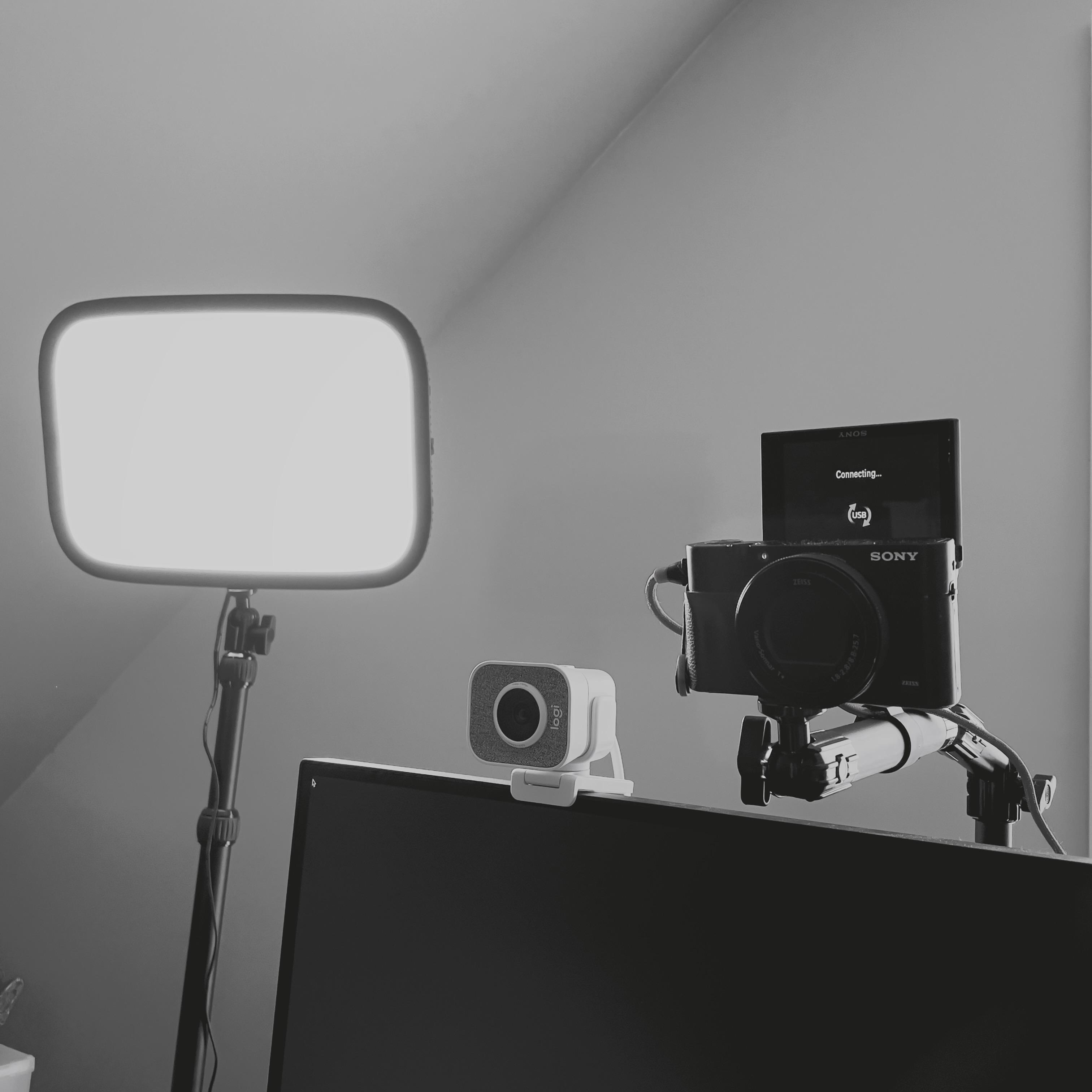 elgato Key Light, Logitech Streamcam, Sony RX100 VA