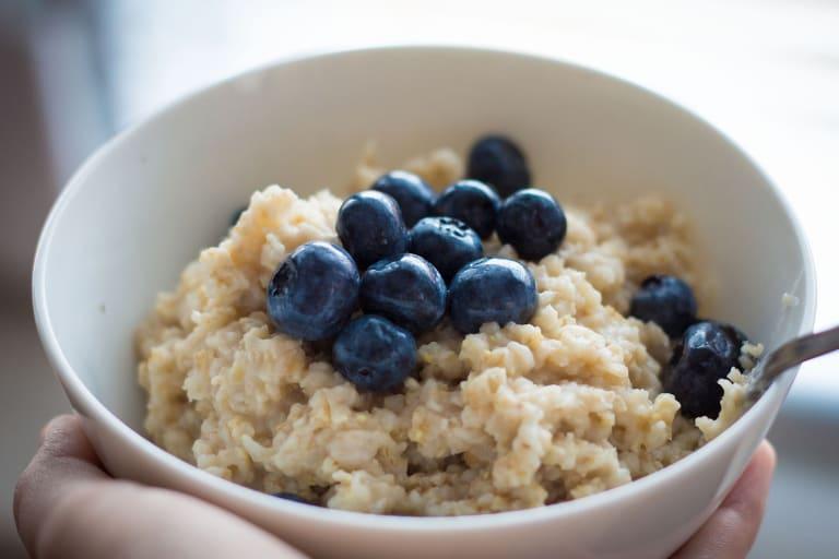 Eine Schale Porridge mit Beeren