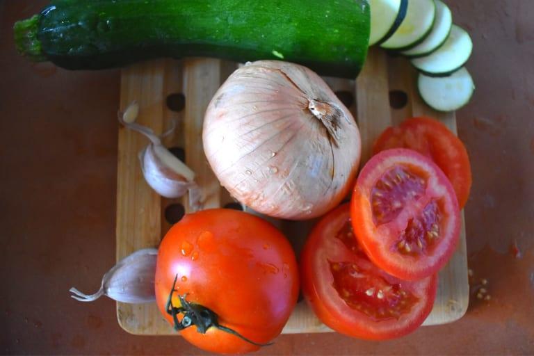 Zucchini, Zwiebel, Tomaten und Knoblauch