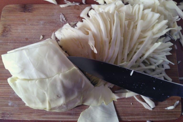 Weißkohl zum Teil in feine Streifen geschnitten