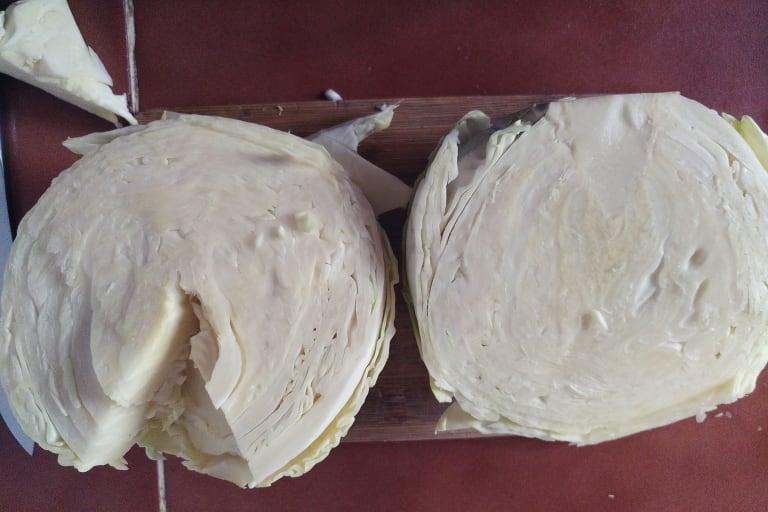 halbieter Weißkohl mit entferntem Strunk