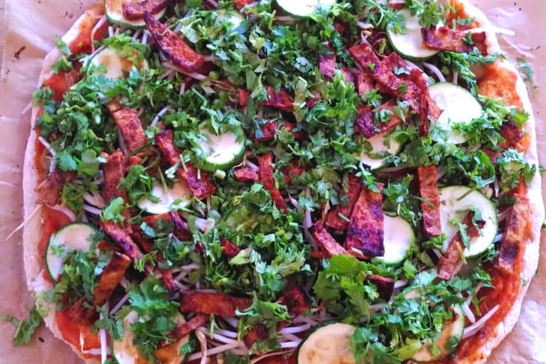 fertig belegte, bunte, vegane Pizza