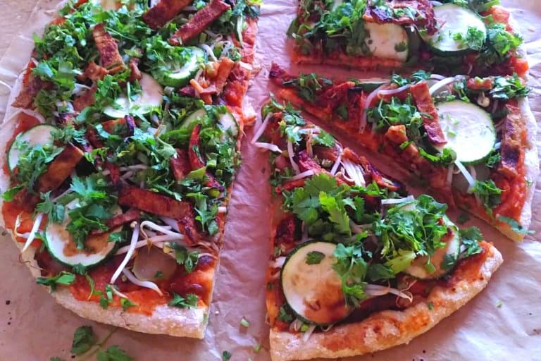 Ausschnitt von einer Pizza in Stücke geschnitten