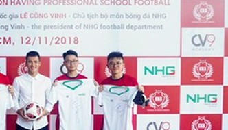 Football star Cong Vinh inspires pupils to play sports