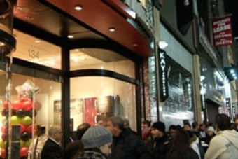 DROID causes Midnight-Madness in Manhattan Verizon Wireless store