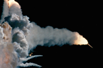 When was the Challenger disaster, why did the space shuttle break apart and how many people died?