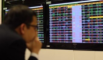 VN-Index pulled down by large-cap stocks