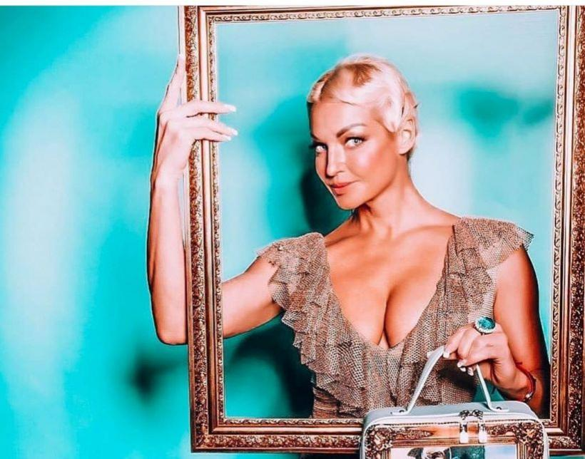 Анастасия Волочкова вышла под весенний снег в купальнике