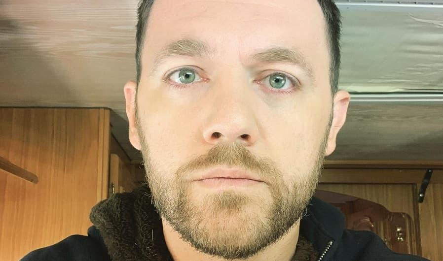 Актер Денис Шведов вспомнил о насилии со стороны отчима