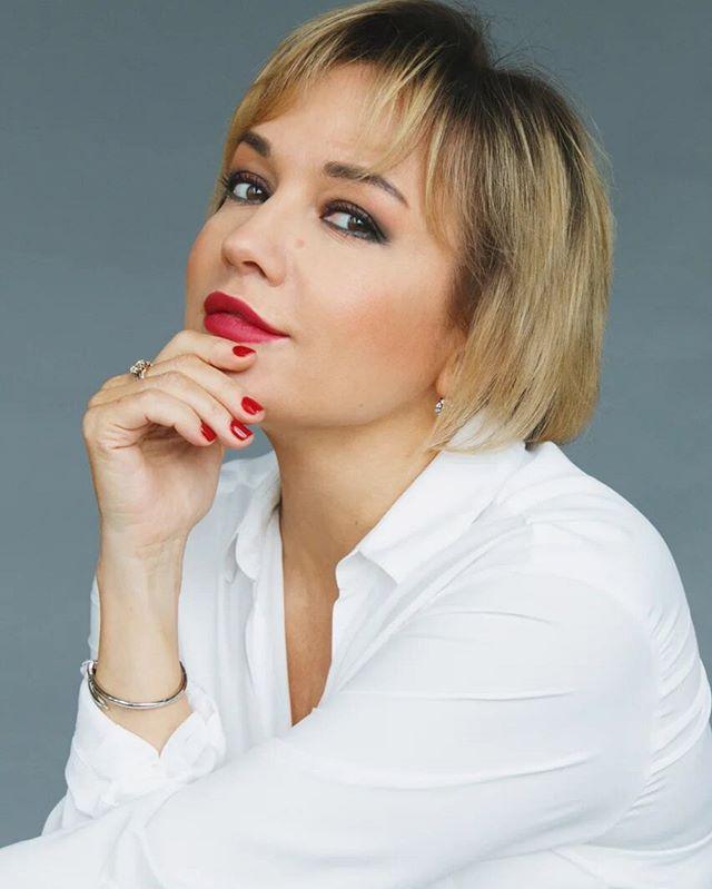 Густые брови, длинные волосы и натуральные губы: Татьяна Буланова показала снимок первой фотосессии