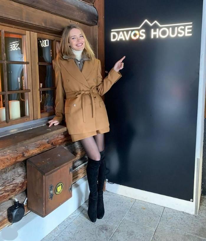 Модно утеплилась: 38-летняя Водянова подобрала к горчичному пальто замшевые сапоги