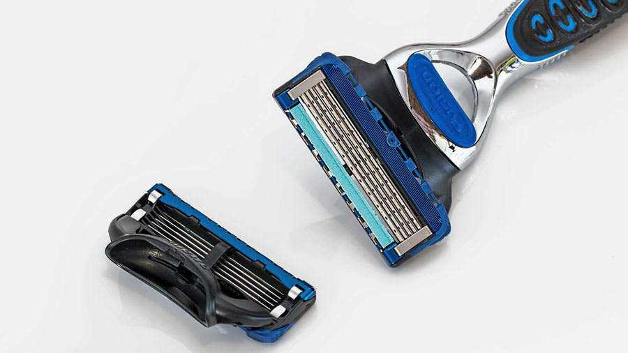 Men's shaving razor with multiple blades