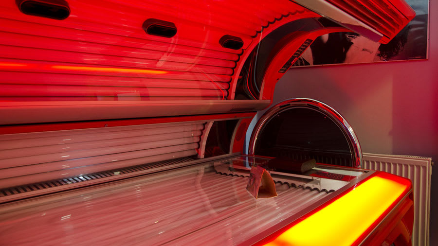 Tanning solarium with reddish hue