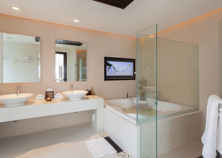 Two Bedroom Grand Pool Suite bathroom