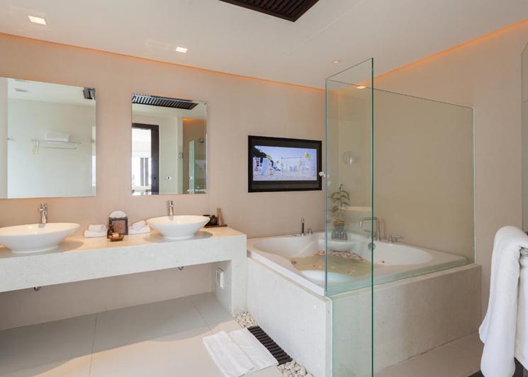 Two Bedroom Grand Pool Suite bathroom