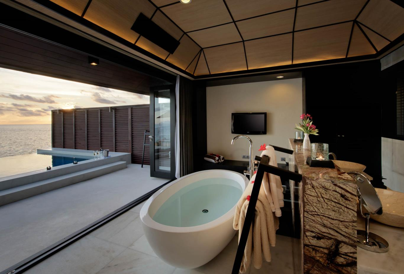 Sunset Water Suite Bathtub