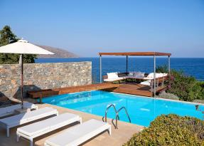 The Hera's Place swimming pool  and sea