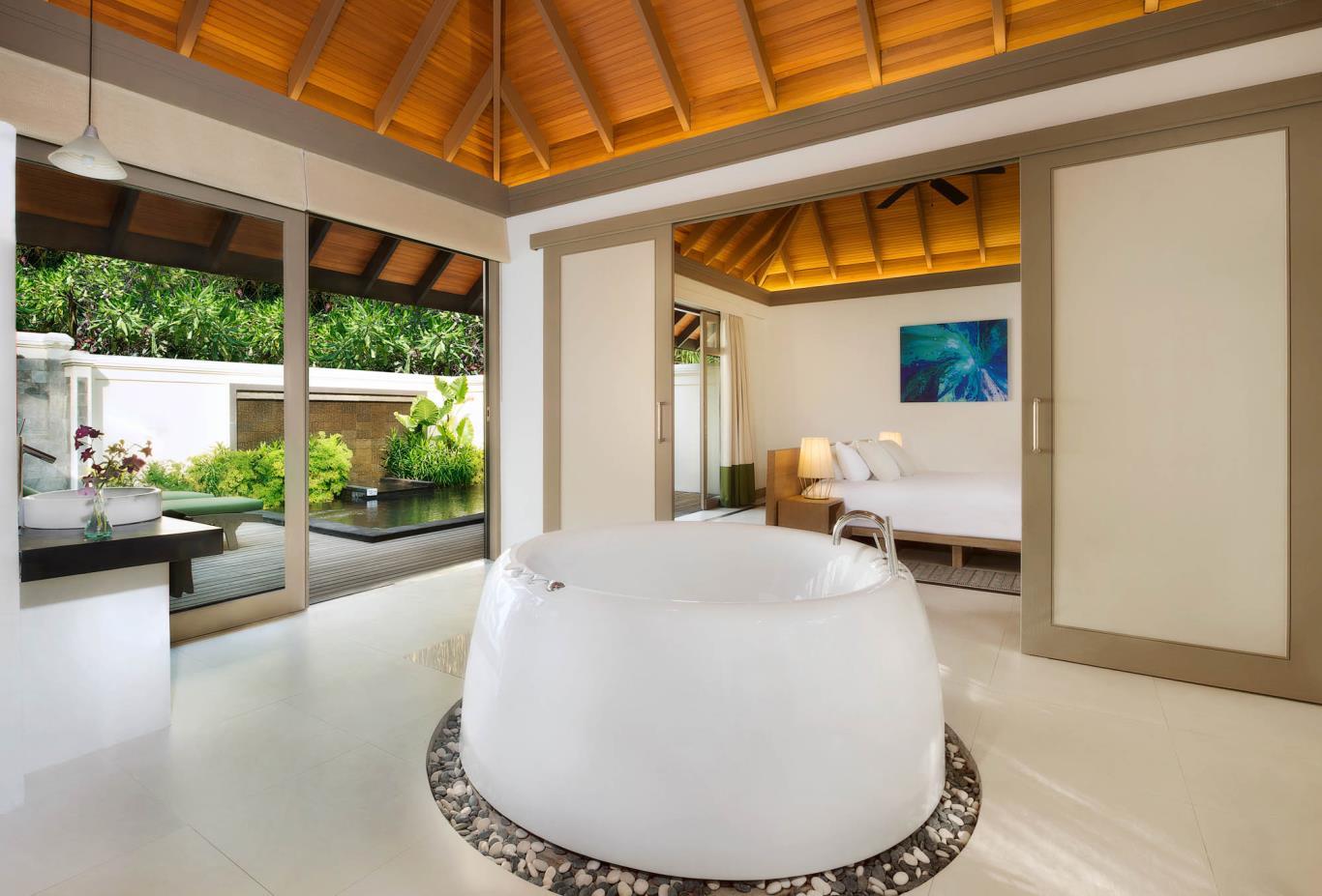 One Bedroom Beach Suite Infinity Pool Bath