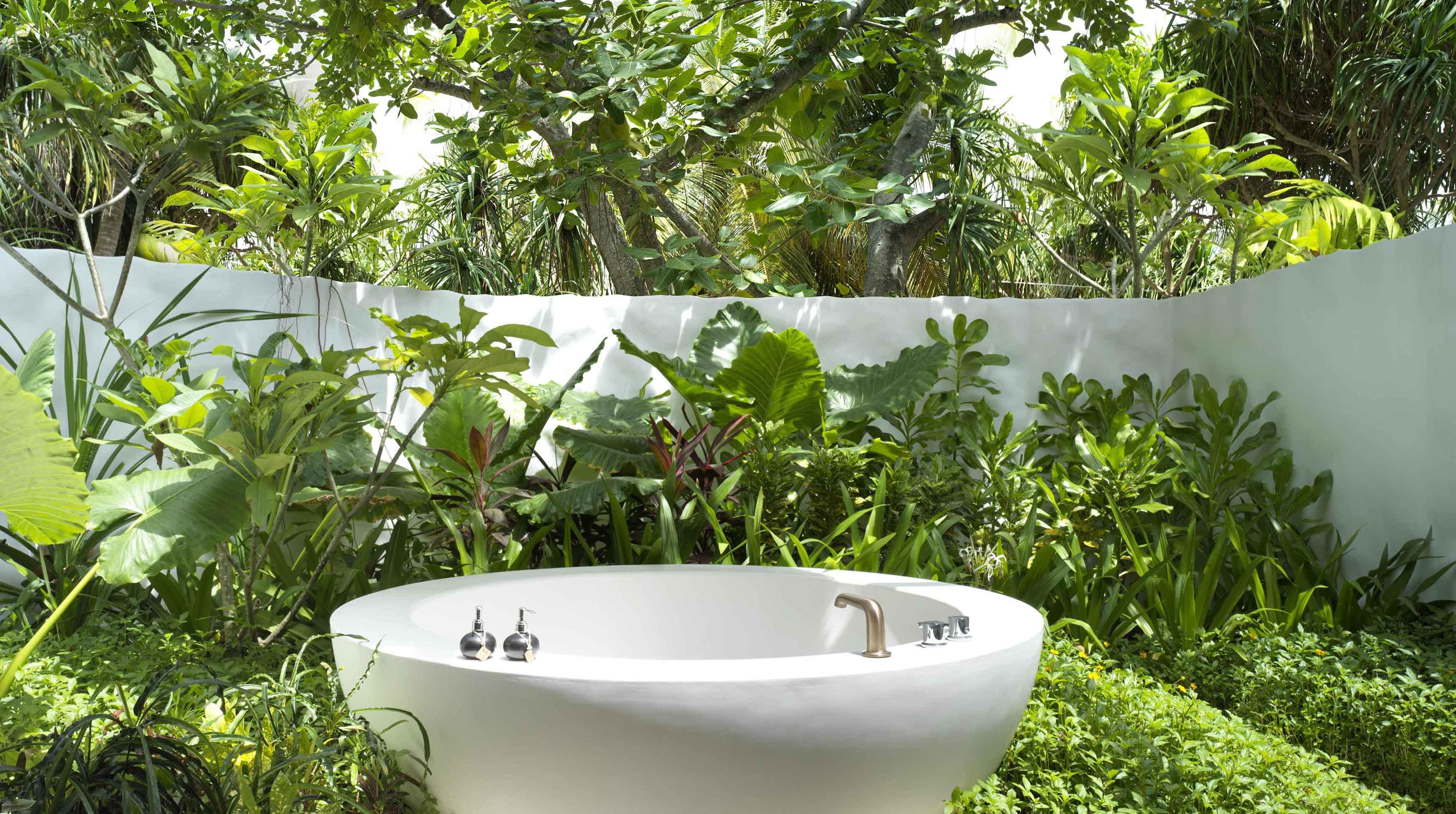 Deluxe Beach Sunset Villa outdoor tub