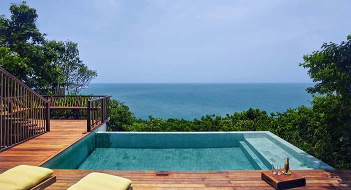 Plunge pool overlooking the sea
