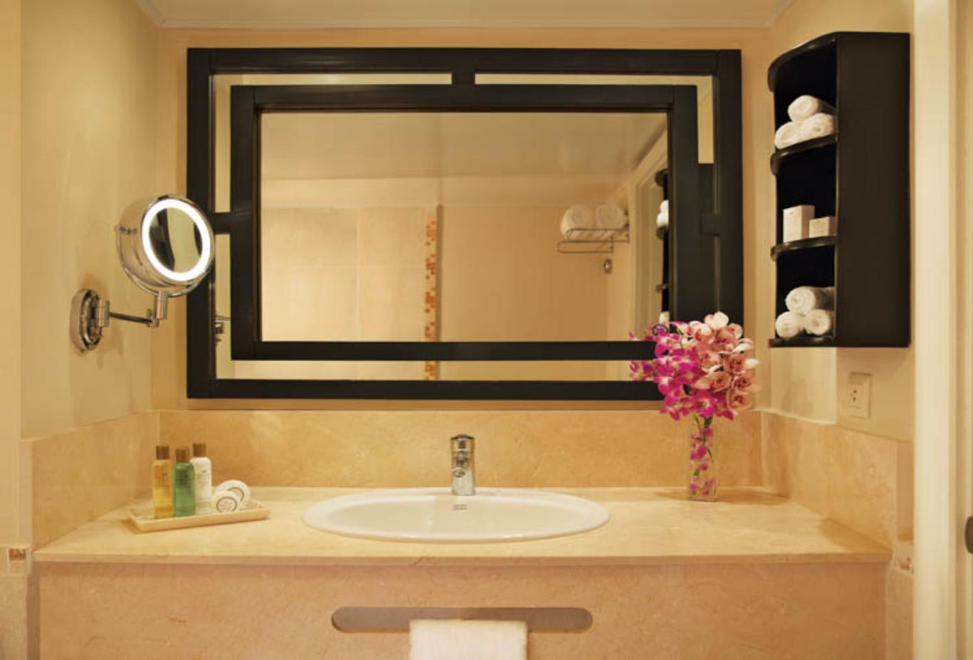 Preferred Club Deluxe Room bathroom
