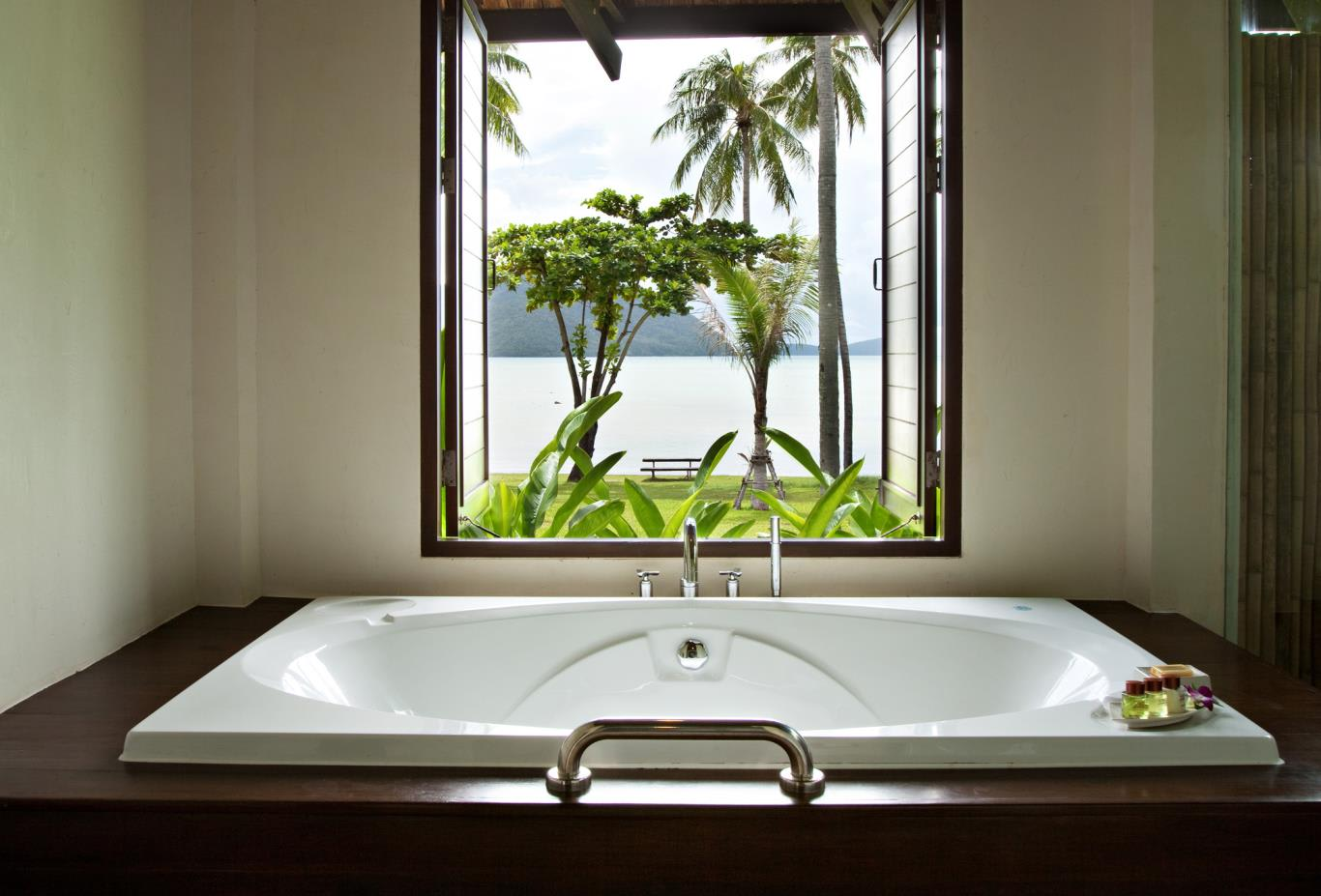 Deluxe-Beachfront-Villa-Bathroom