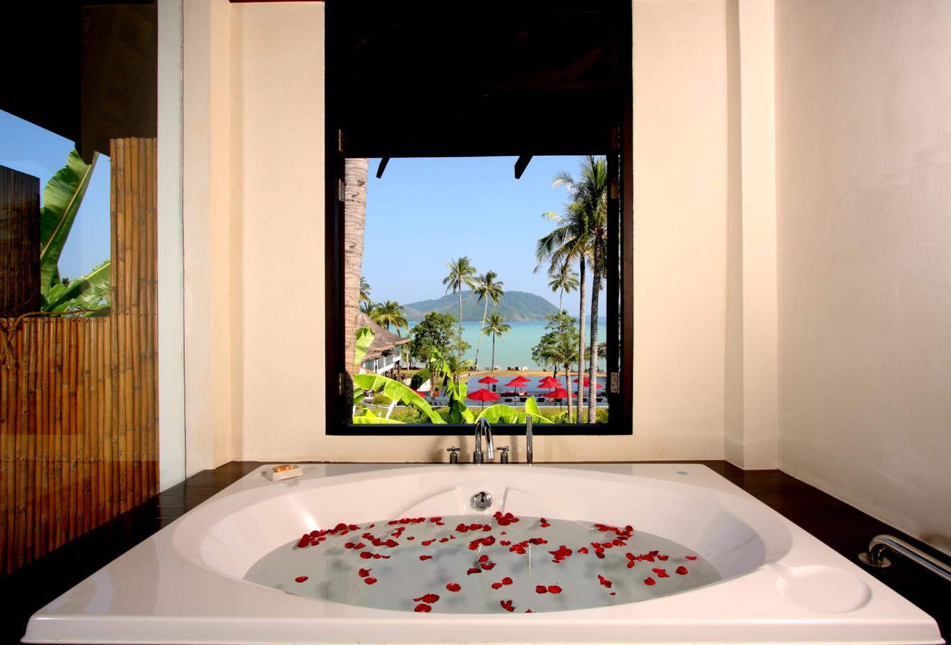 Deluxe-Seaview-Villa-Bathtub