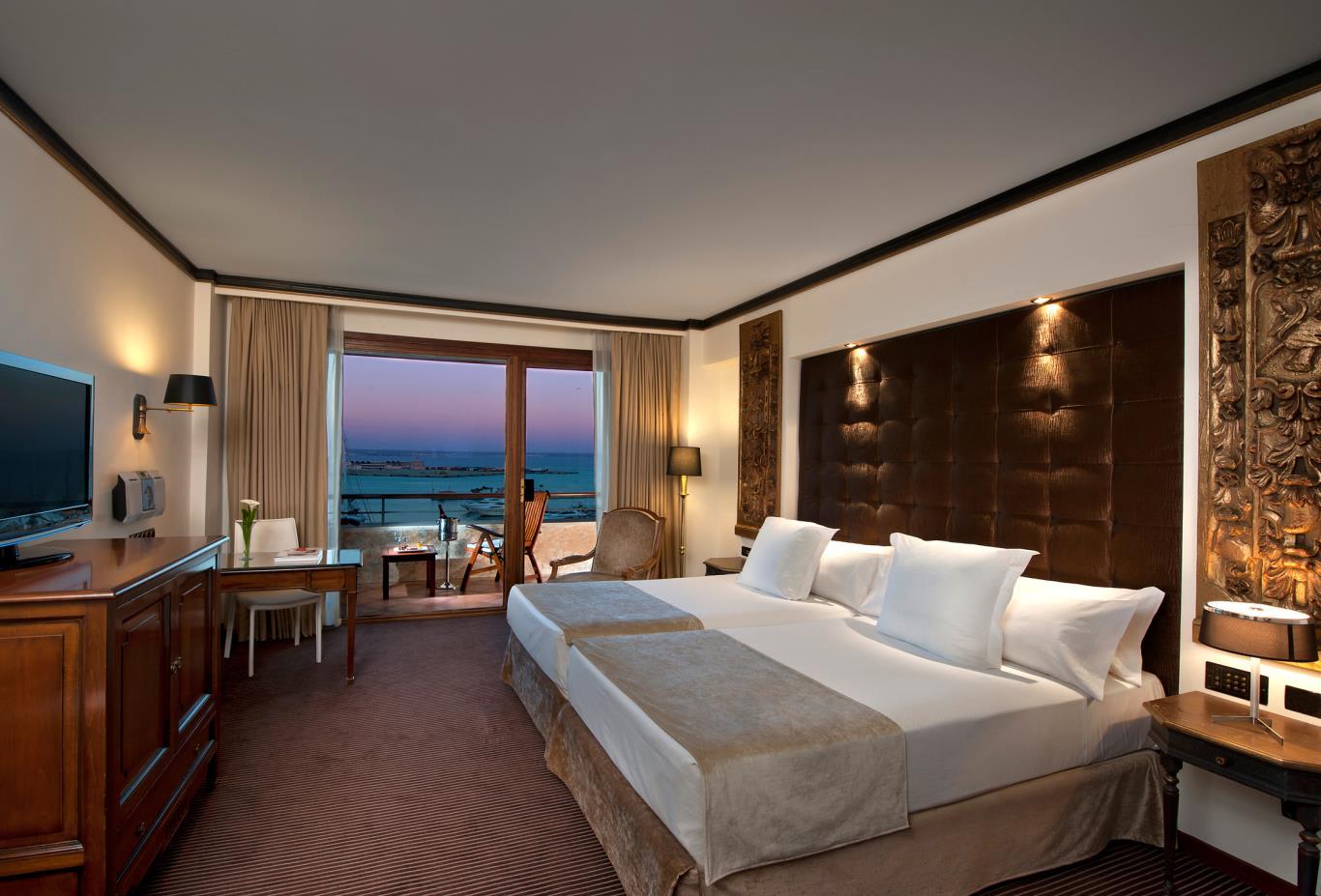 Premium-Red-Level-Room