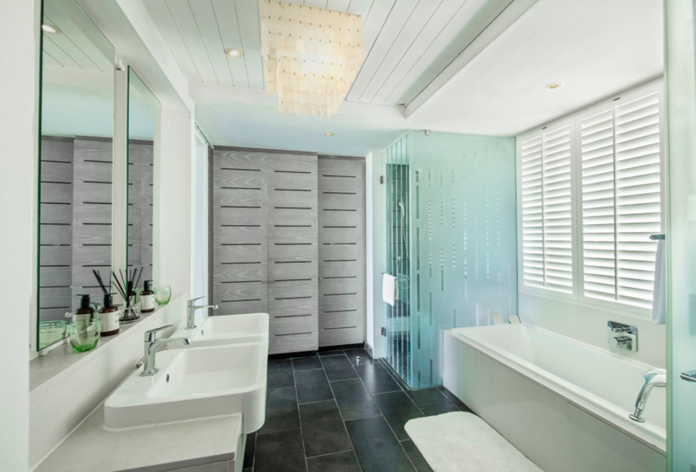 Junior Suite Beach Access bathroom