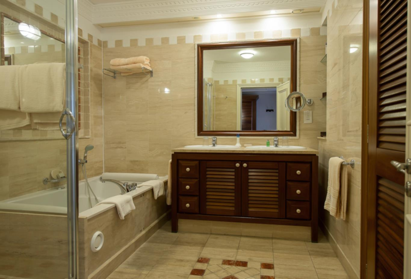 Executive Suite Pool View Bathroom