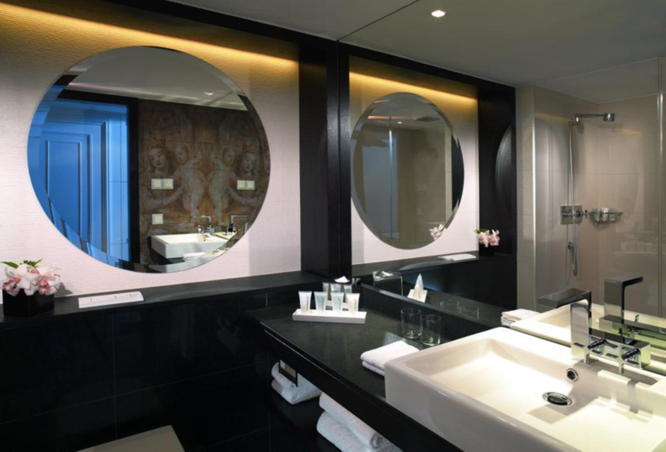 Superior Double or Twin Room bathroom