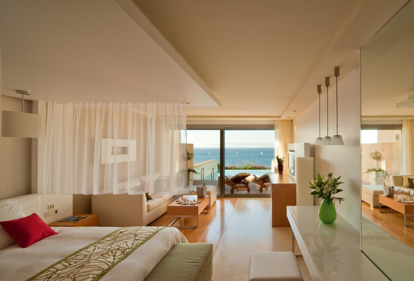 Elite-Suite-with-private-pool-indoors