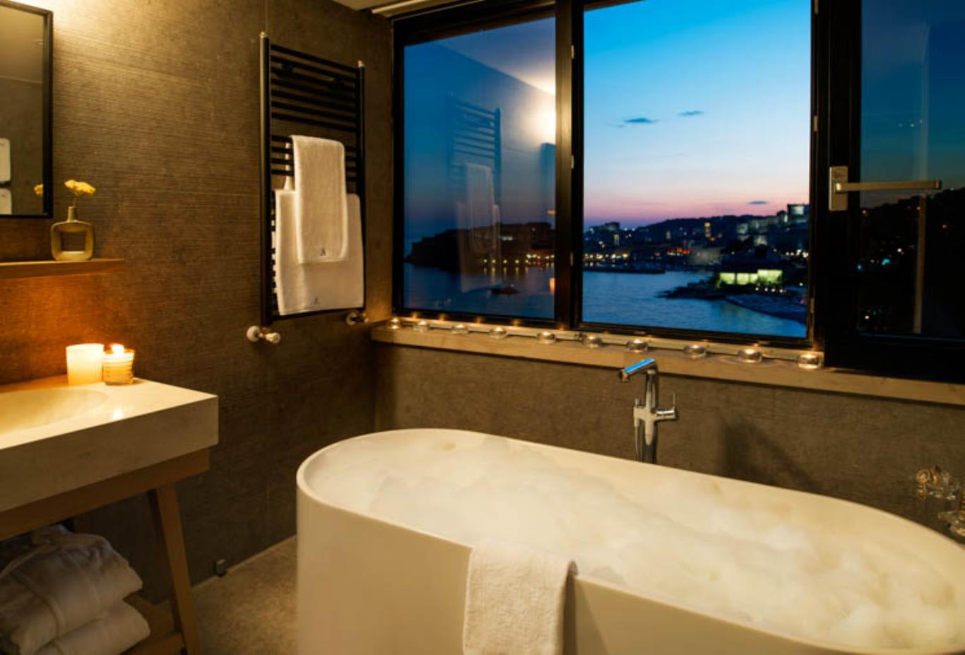 Deluxe Suite Tower bath and views